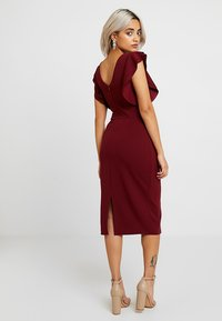 WAL G PETITE - EXCLUSIVE V NECK FRILL SLEEVE MIDI DRESS - Kotelomekko - magenta - 3