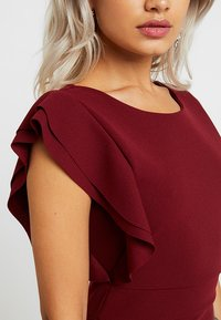 WAL G PETITE - EXCLUSIVE V NECK FRILL SLEEVE MIDI DRESS - Kotelomekko - magenta - 5
