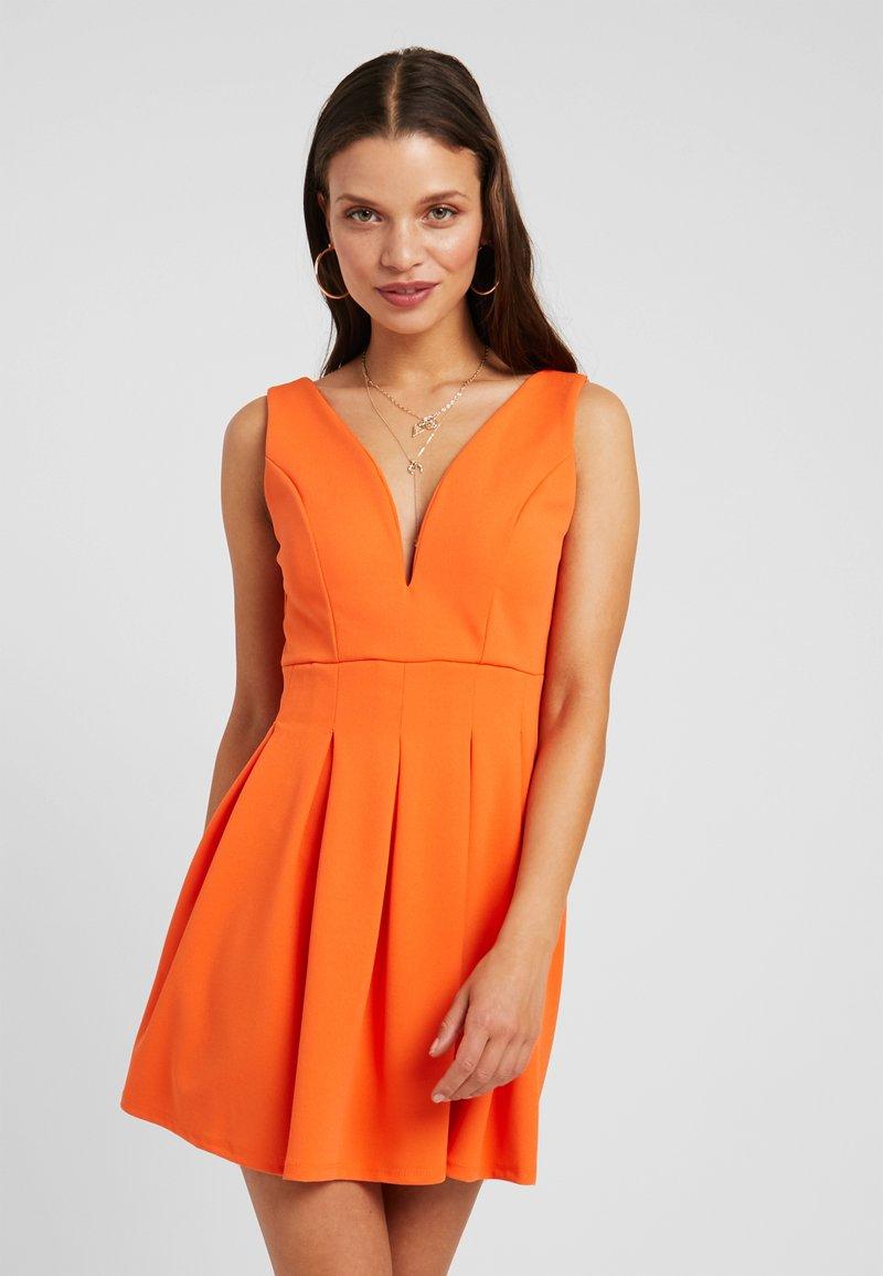 WAL G PETITE - EXCLUSIVE V-NECK MINI DRESS - Jersey dress - orange