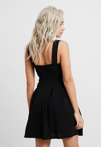 WAL G PETITE - EXCLUSIVE V-NECK MINI DRESS - Jerseykjole - black - 3