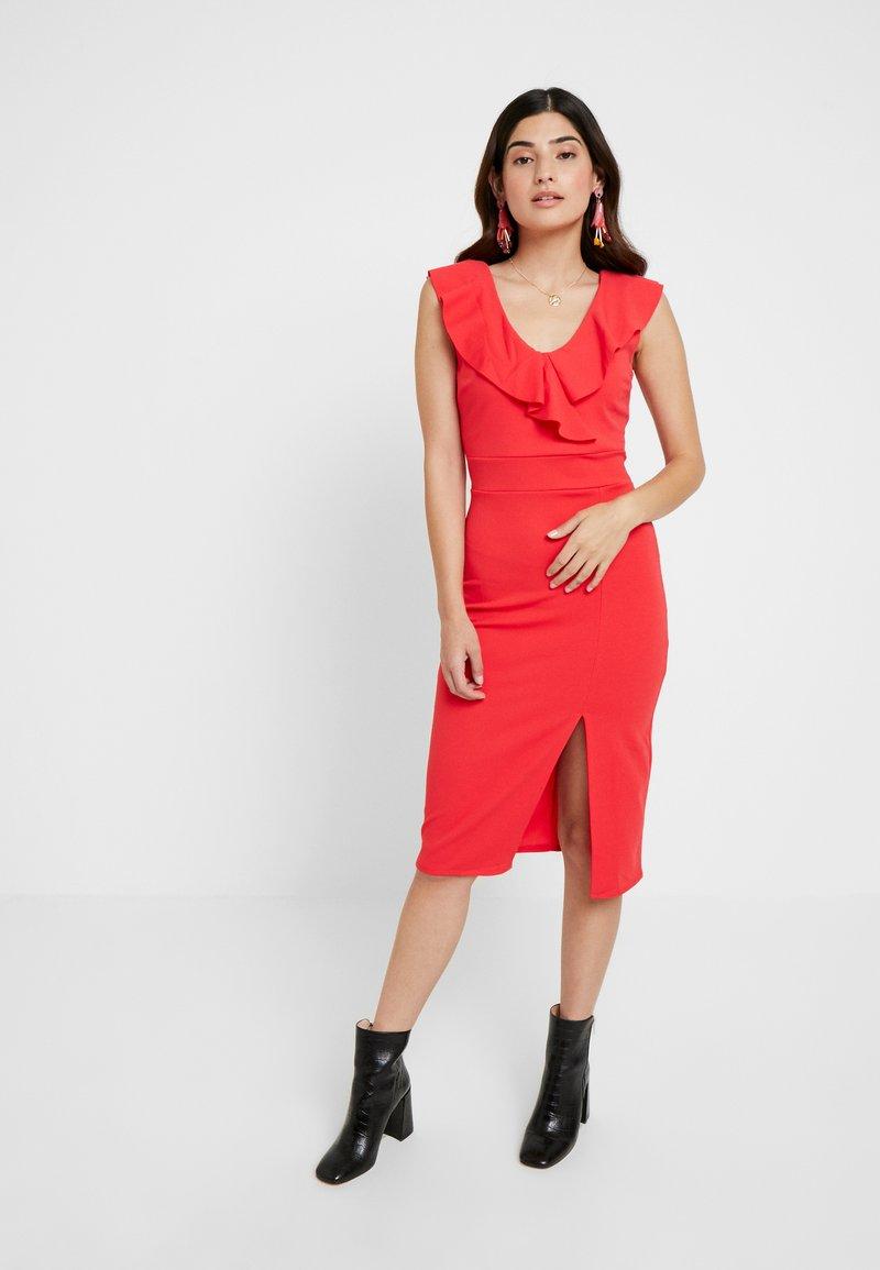 WAL G PETITE - RUFFLE NECKLINE DRESS - Koktejlové šaty/ šaty na párty - coral