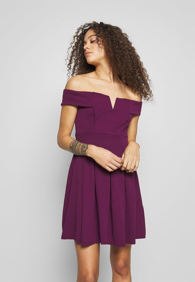 WAL G PETITE - BARDOT DRESS - Denní šaty - mulberry