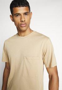 WAWWA - UNISEX POCKET - T-shirt basic - desert sand - 4