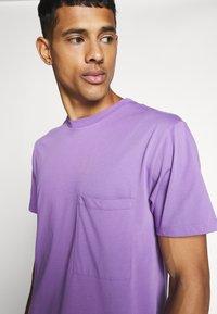 WAWWA - UNISEX POCKET  - T-shirt basic - lilac - 5