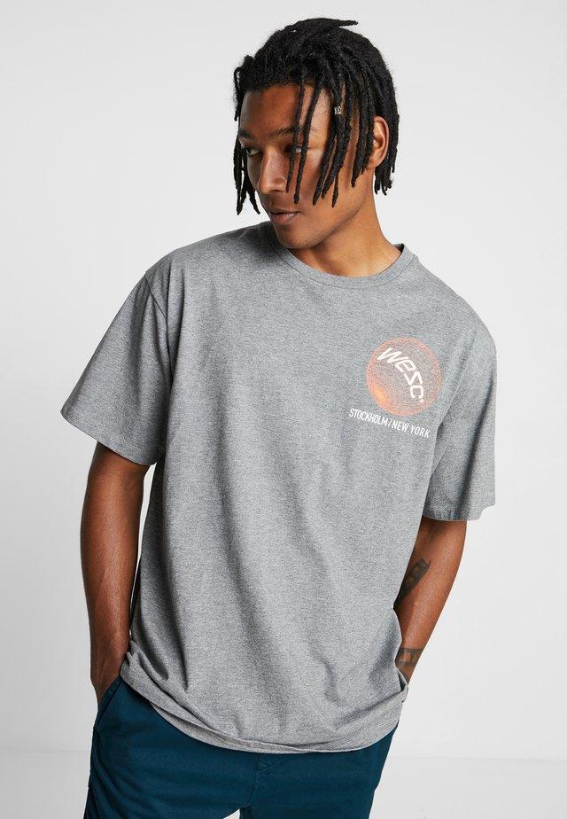 MASON GLOBAL - T-shirt med print - medium grey melange