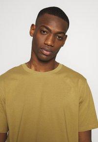 Weekday - UNISEX FRANK - T-shirt basic - dark beige - 5