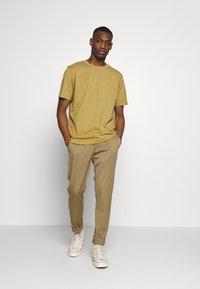 Weekday - UNISEX FRANK - T-shirt basic - dark beige - 1