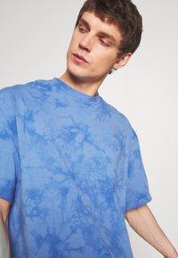 Weekday - UNISEX GREAT - T-shirt imprimé - blue tie dye - 5