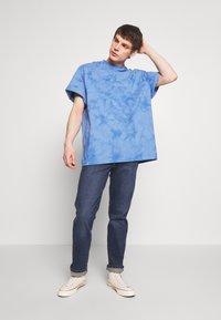 Weekday - UNISEX GREAT - T-shirt imprimé - blue tie dye - 1