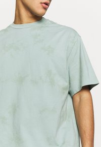 Weekday - UNISEX GREAT - T-shirts med print - turquiose - 6