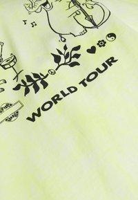 Weekday - UNISEX BILLY BIODIVERSITY - T-shirt imprimé - yellow tie dye - 2