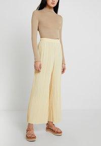 Weekday - WASSILY PLEAT TROUSERS - Kalhoty - light yellow - 0