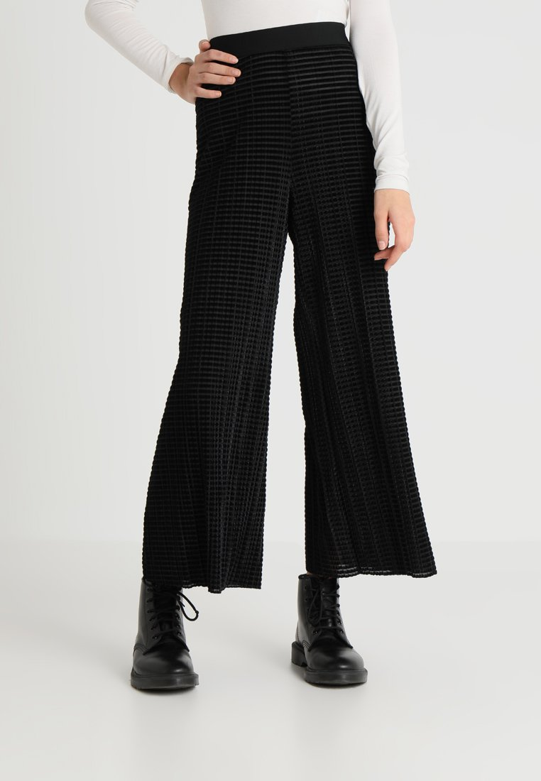 Weekday - WASSILY VELVET PLEAT TROUSER - Kangashousut - black