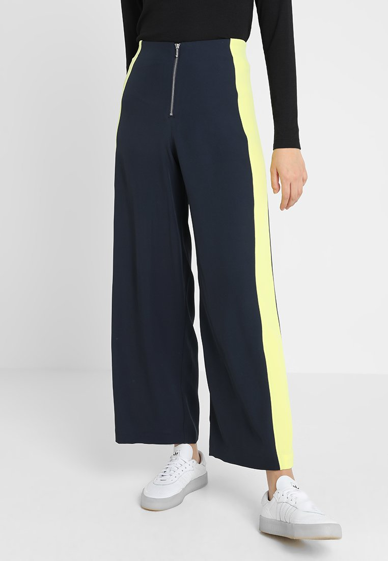 Weekday - TABITHA TROUSERS - Pantalon classique - navy/yellow