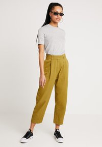 Weekday - MOLINO TROUSERS - Pantaloni - yellowgreen - 1