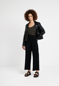 Weekday - LULA TROUSERS - Pantaloni - black - 1