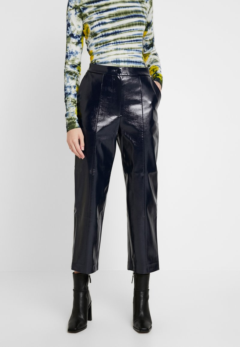 Weekday - KYLIE PATENT TROUSERS - Stoffhose - navy