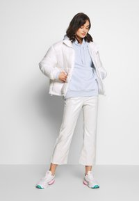 Weekday - PIPER PATENT TROUSER - Stoffhose - mole dusty light - 1