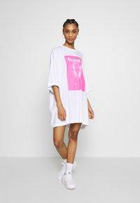 Weekday - HUGE DRESS - Jerseyjurk - white - 0