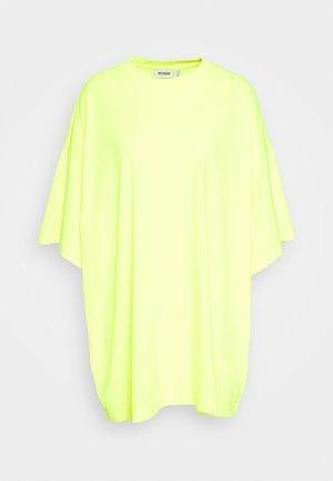 HUGE DRESS - Jerseykleid - bright yellow