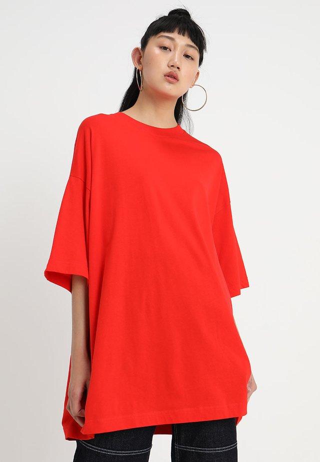 HUGE DRESS - Žerzejové šaty - red