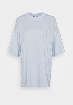 HUGE DRESS - Jerseykleid - light blue