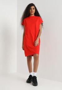 Weekday - PRIME DRESS - Žerzejové šaty - red - 1