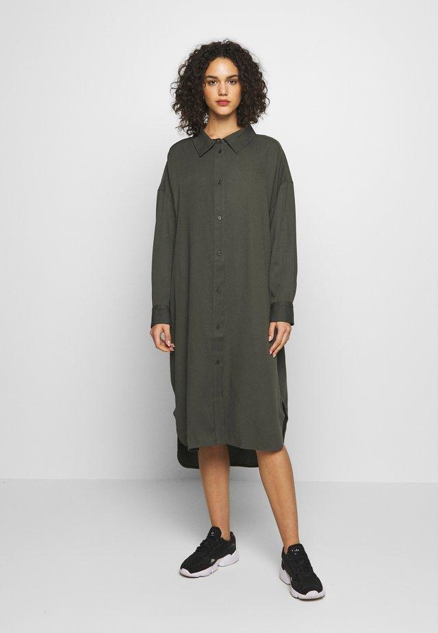 GLADYS DRESS - Košilové šaty - dark dusty green