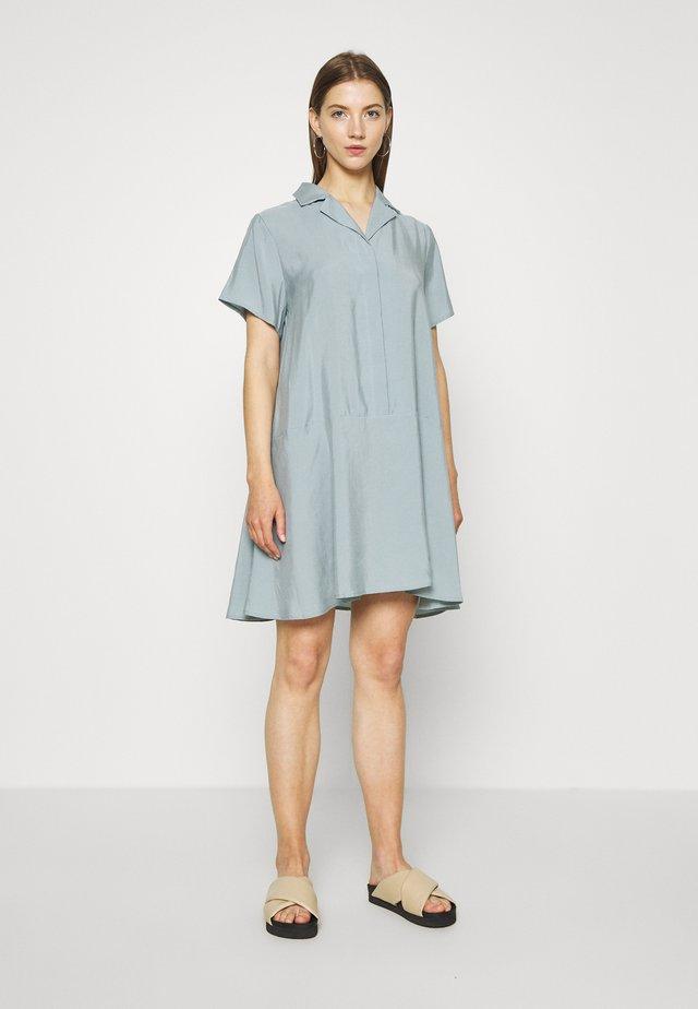 KANDI DRESS - Vestido camisero - light greyish blue