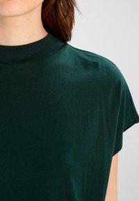 Weekday - PRIME - Camiseta básica - dark green - 3