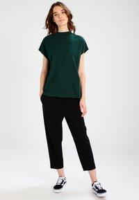 Weekday - PRIME - Camiseta básica - dark green - 1