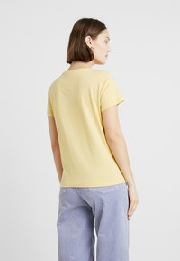 Weekday - TAGAN - Triko s potiskem - light yellow - 2