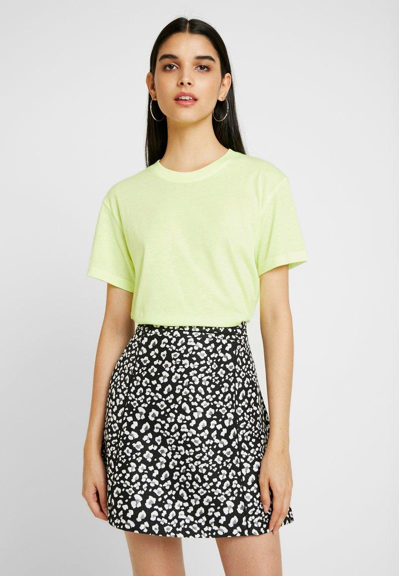 Weekday - ALANIS - T-Shirt basic - lemon