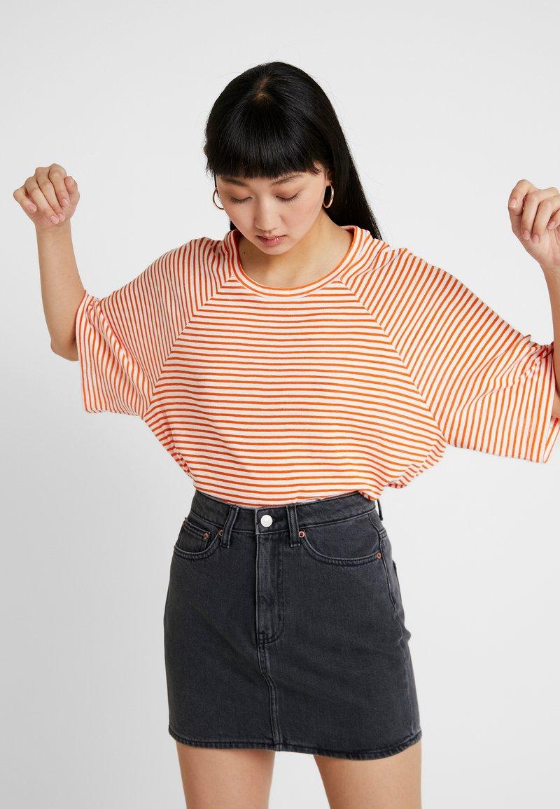 Weekday - BASE BOXY - T-Shirt print - orange/white