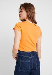 Weekday - GLENDA - T-shirt imprimé - orange - 2
