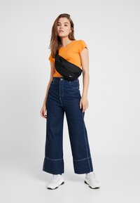 Weekday - GLENDA - T-shirt imprimé - orange - 1