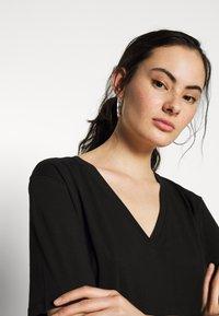 Weekday - LAST V NECK - T-shirts - black - 4