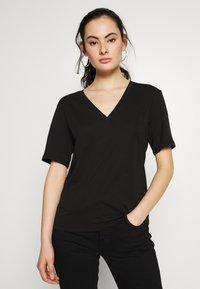 Weekday - LAST V NECK - T-shirts - black - 0