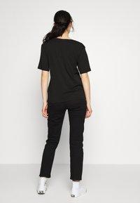 Weekday - LAST V NECK - T-shirts - black - 2