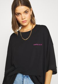 Weekday - HUGE - T-shirts med print - black - 3