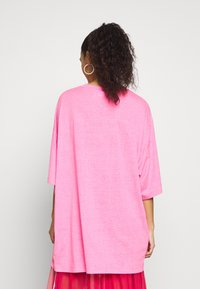 Weekday - HUGE  - T-shirts - neon pink - 2