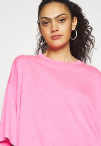 Weekday - HUGE  - T-shirts - neon pink - 4