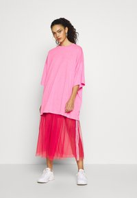Weekday - HUGE  - T-shirts - neon pink - 1