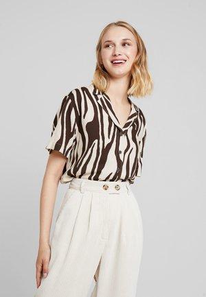 CYRA SHORT SLEEVE - Camicia - brown/beige