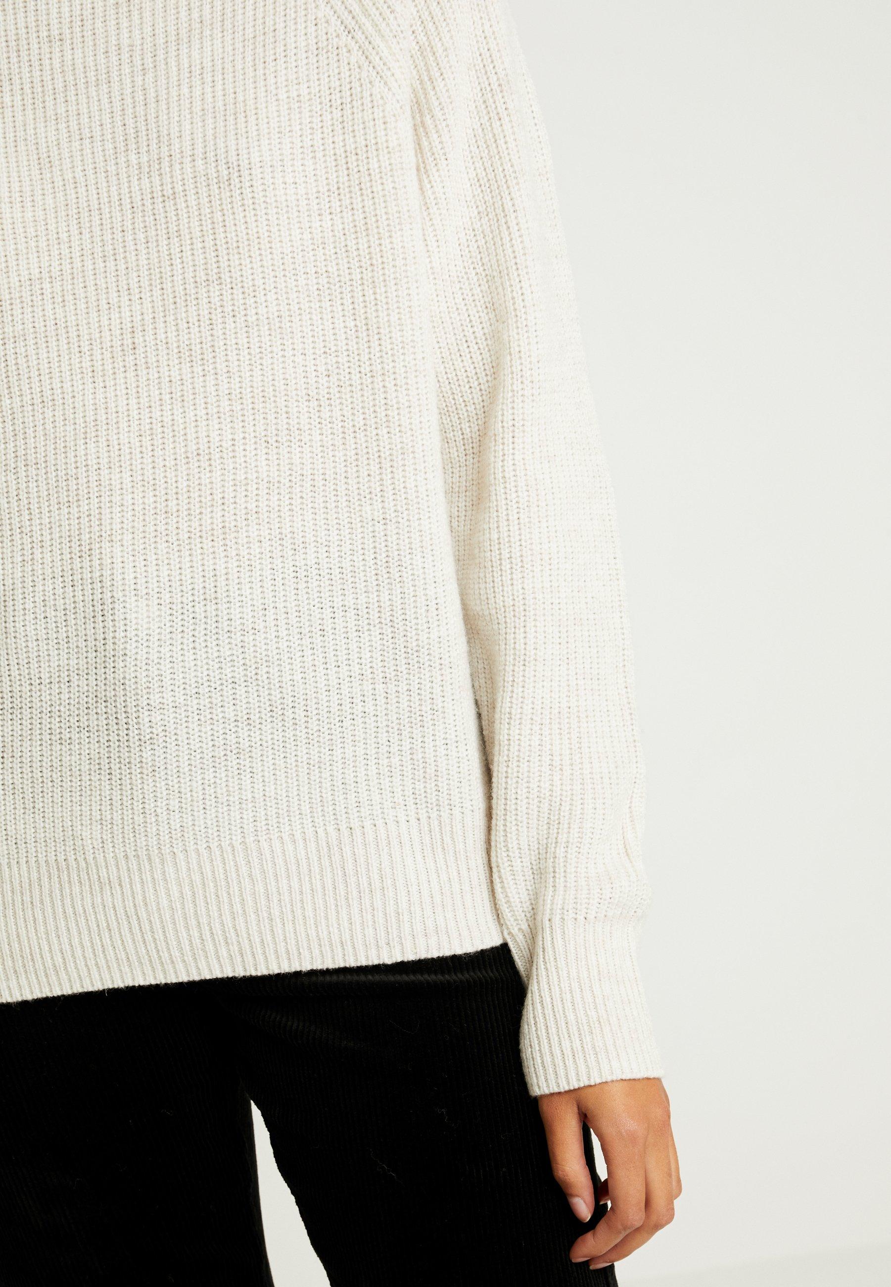CLAUDIA MOCKNECK Stickad tröja white melange