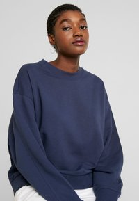 Weekday - HUGE CROPPED  - Sweatshirt - grey blue dark - 3