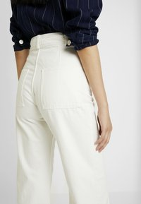 Weekday - COSMO TROUSERS - Flared Jeans - white - 4