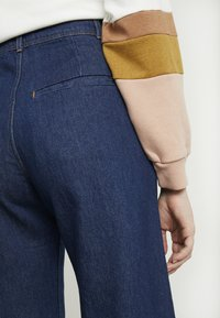 Weekday - CORY TROUSER PRESSED - Jeans a zampa - soaked - 5