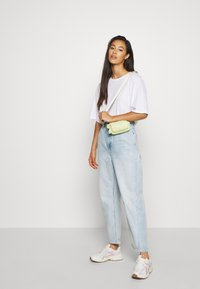Weekday - MEG HIGH MOM WASHED BACK - Jeans straight leg - morning blue - 1
