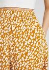 Weekday - TICA - Shorts - yellow/white